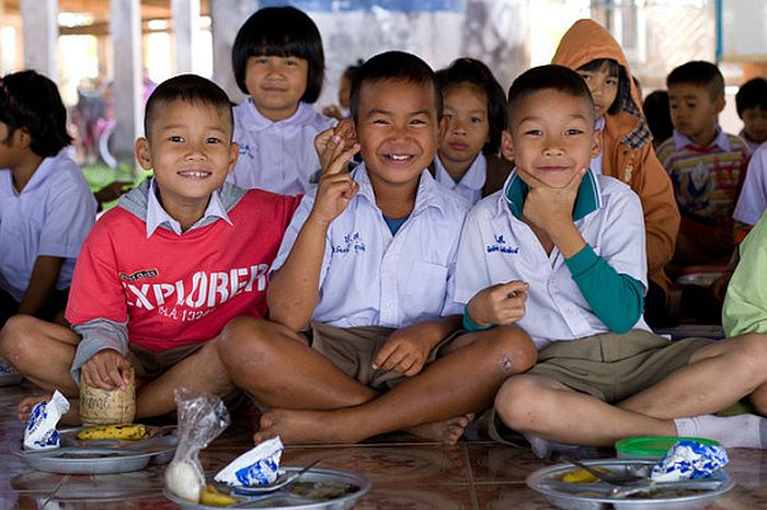 teaching-kids-in-thailand-560x373